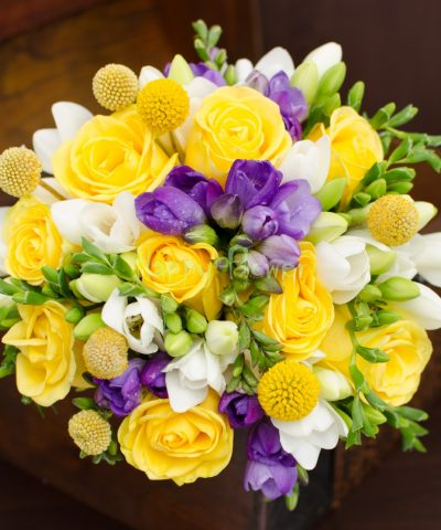 Buchet-mireasa-trandafiri-galbeni-frezii-mov-frezii-albe-craspedia