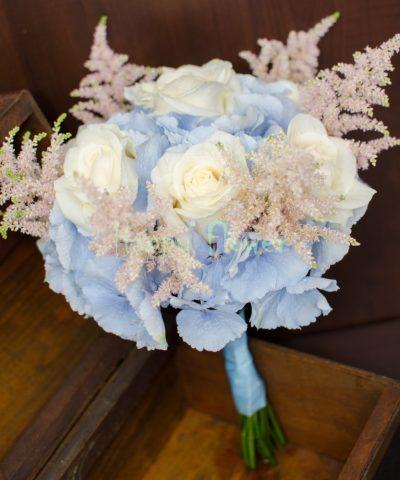 BUchet-mireasa-hortensii-bleu-trandafiri-albi-astilbe-roz