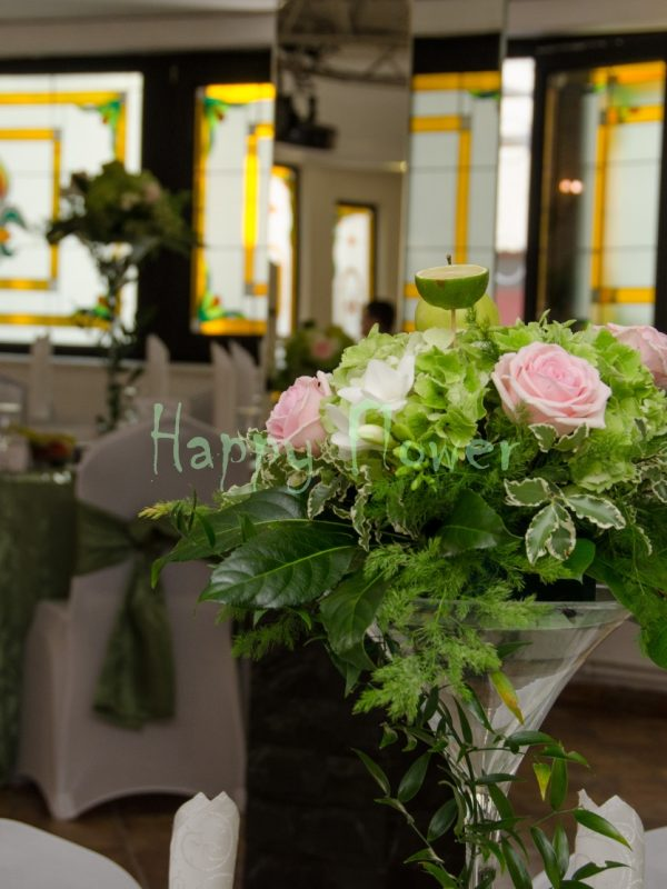 Aranjament-masa-hortensii-verzi-trandafiri-roz-frezii-albe-lime