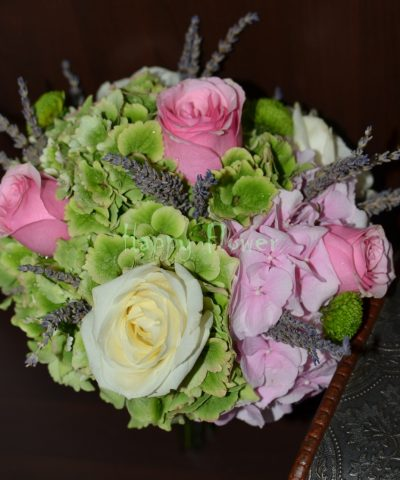 Buchet-mireasa-hortensii-verzi-hortensii-roz-trandafiri-levantica