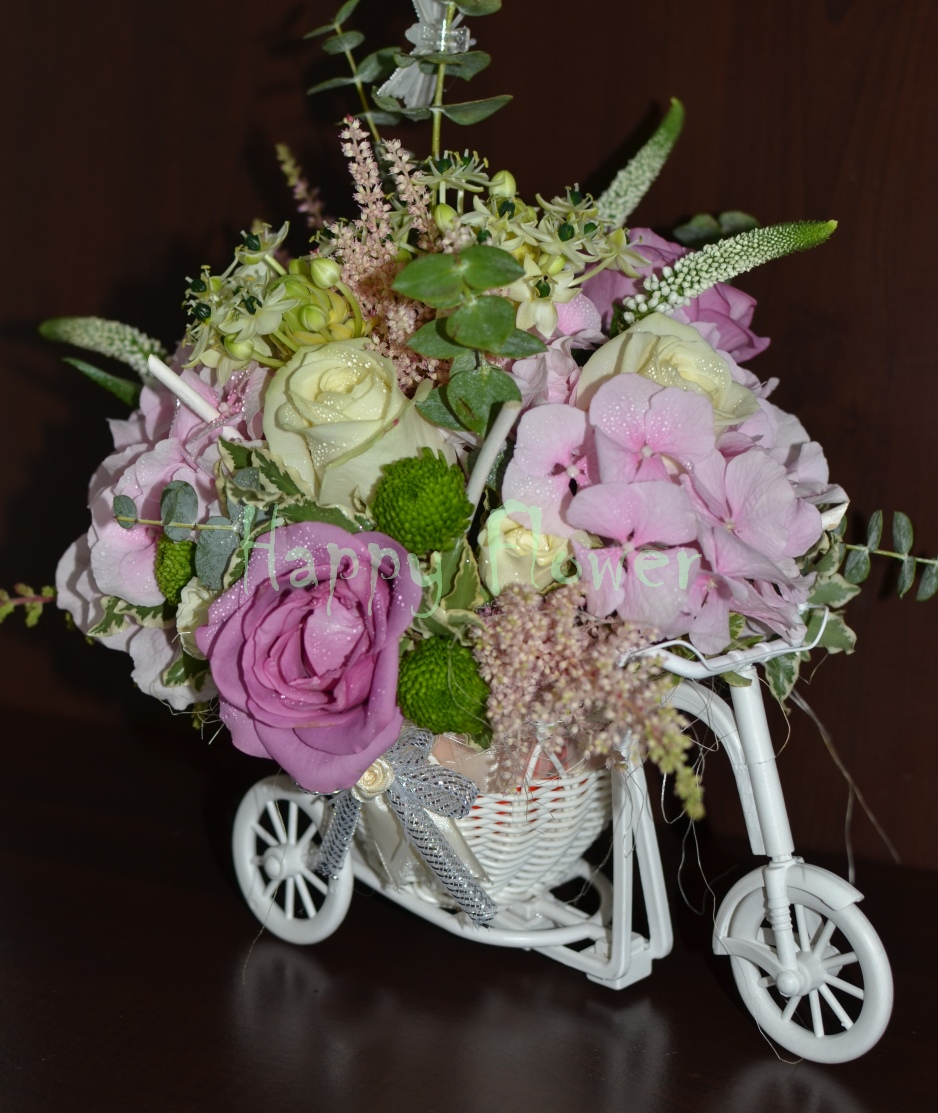 Tricicleta-trandafiri-hortensii-ornitogalum-miniroze-santini-verde-astilbe