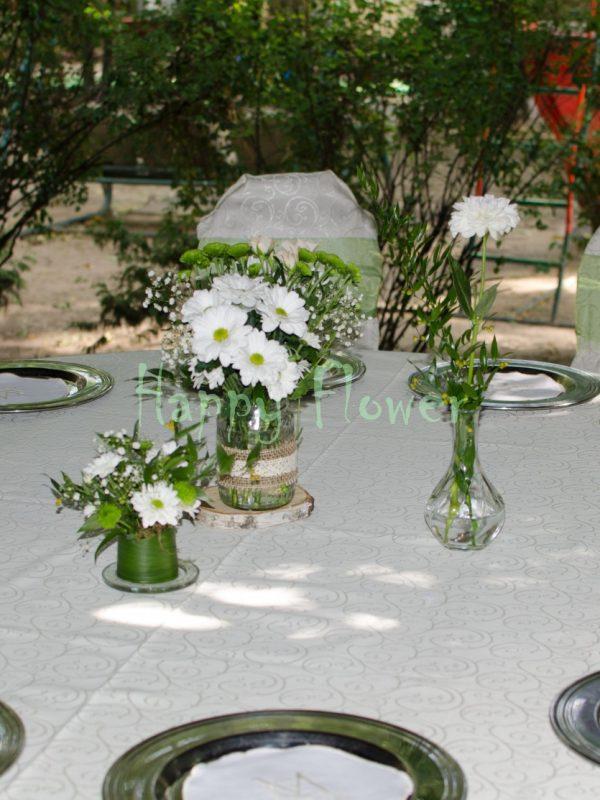 Aranjament-masa-nunta-dalii-albe-crizanteme-santini-verde-miniroze-floarea-miresei