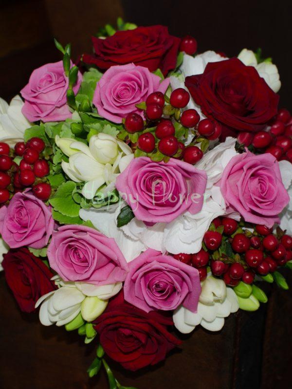 Buchet-mireasa-hortensii-trandafiri-frezii-hypericum
