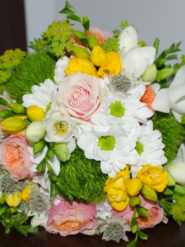 Buchet-mireasa-trandafiri-vuvuzela-frezii-crizanteme