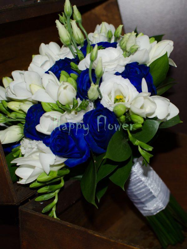 Buchet-mireasa-trandafiri-albastri-frezii-albe-lisianthus-alb