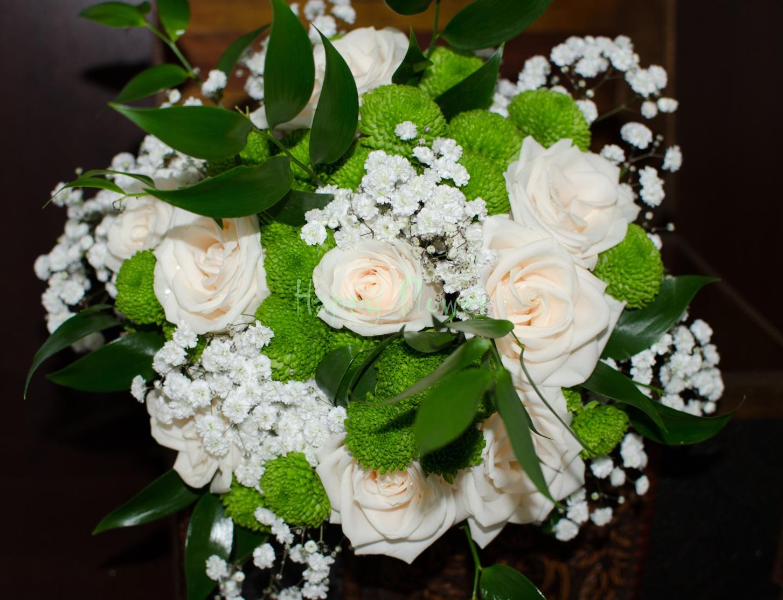 Buchet Mireasă Din Roze Crem Santini Verde și Floarea Miresei