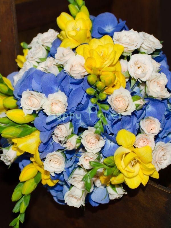 Buchet-mireasa-hortensii-albastre-frezii-galbene-miniroze-crem