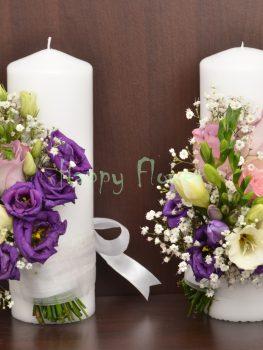 Lumanare-scurta-25cm-trandafiri-lila-frezii-albe-lisianthus-mov