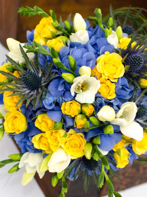 Buchet-mireasa-hortensii-albastre-eryngium-miniroze-galbene-frezii-albe