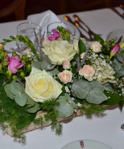 Aranjament-masa-nunta-jardiniera-scoarta-copac-trandafiri-frezii