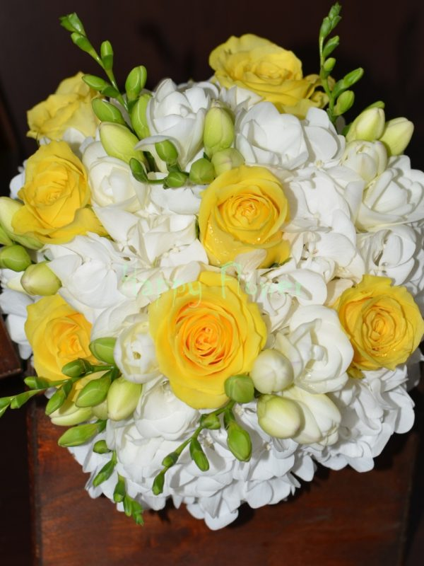 Buchet-mireasa-hortensii-albe-trandafiri-galbeni-frezii-albe