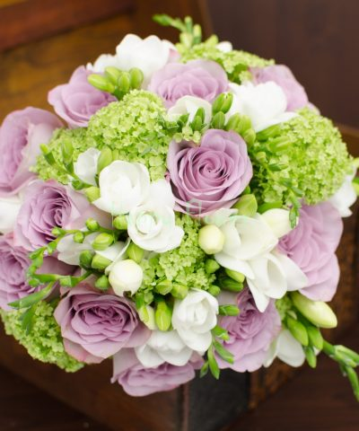 Buchet-mireasa-trandafiri-mov-frezii-albe-viburnum
