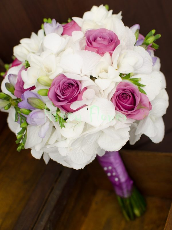 Buchet-mireasa-hortensii-albe-trandafiri-mov-frezii-albe-frezii-mov