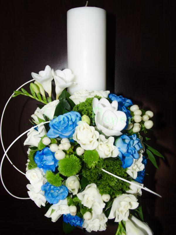 Lumanare scurta botez H25 cm din frezii si trandafiri, miniroze, eucalipt