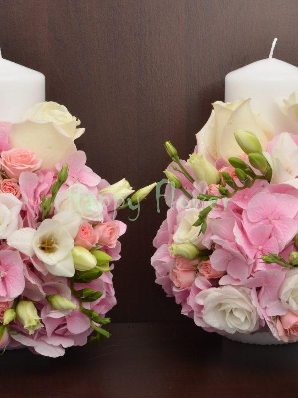 Lumanare-scurta-cununie-25cm-hortensii-roz-trandafiri-albi-frezii-miniroze-lisianthus