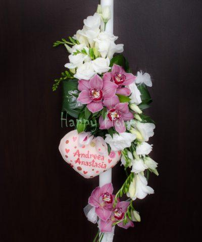 Lumanare-botez-fetita-orhidee-roz-frezii-albe-lisianthus-alb-inimioara