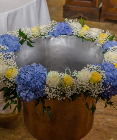 Aranjament-cristelnita-hortensii-albastre-trandafiri-albi-trandafiri-galbeni-floarea-miresei
