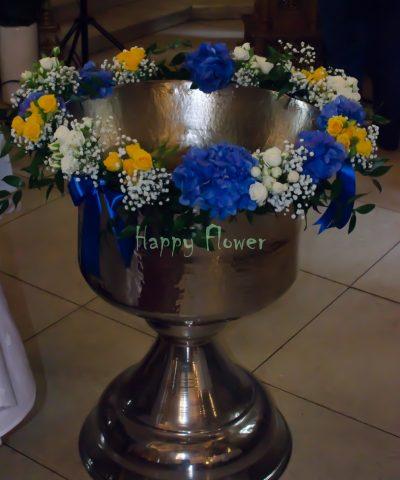 Aranjament-cristelnita-baiat-hortensii-albastre-miniroze-albe-miniroze-galbene-floarea-miresei