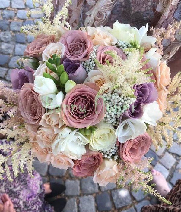 Buchet-mireasa-trandafiri-cappuccino-frezii-albe-astilbe-roz-miniroze