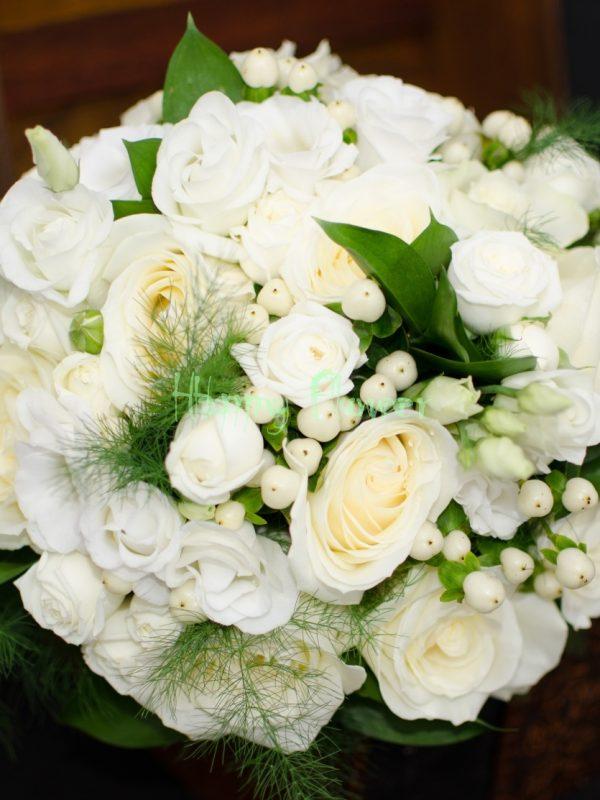 BUchet-mireasa-trandafiri-albi-lisianthus-alb-hypericum-alb