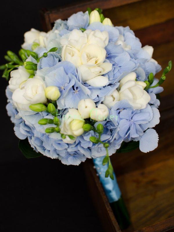 Buchet-mireasa-hortensii-bleu-frezii-albe