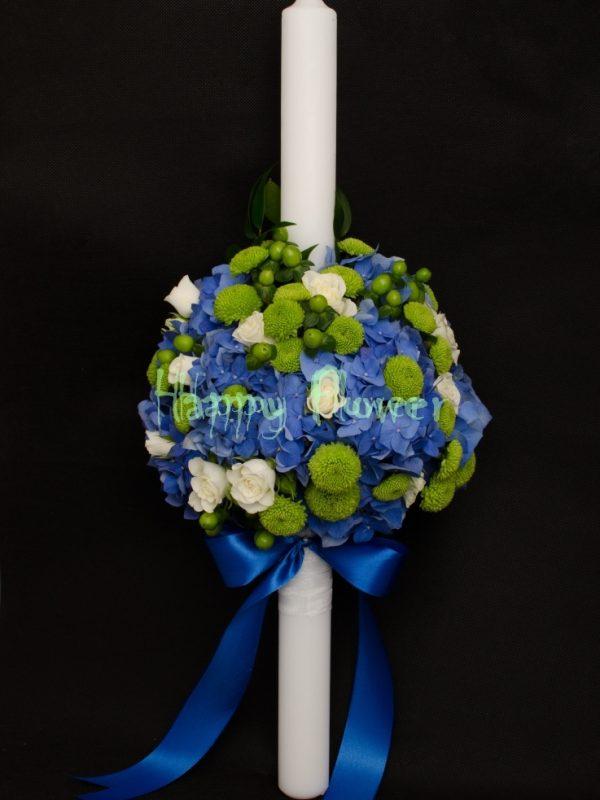 Lumanare-botez-baiat-hortensii-albastre-santini-verde-miniroze-albe-hypericum-verde