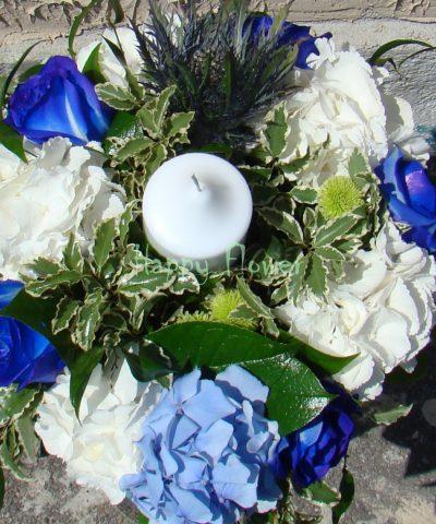 Aranjament-masa-hortensii-albe-hortensii-bleu-trandafiri-albastri