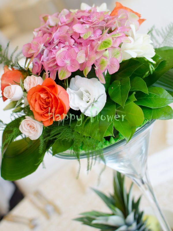 Aranjament-masa-hortensii-trandafiri-corai-miniroze-lisianthus-frezii-albe