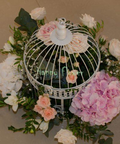 Colivie-cu-flori-pastel-hortensii-albe-hortensii-roz-trandafiri-miniroze-frezii