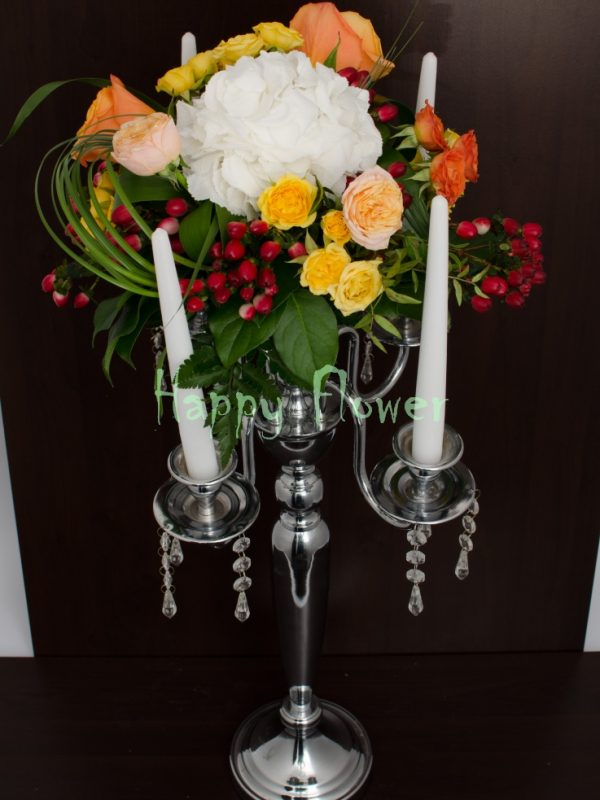 Aranjament-masa-colorat-hortensii-trandafiri-miniroze-hypericum-rosu
