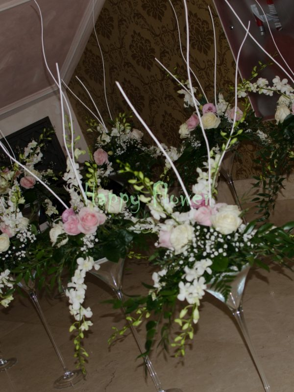Aranjament-de-masa-cu-orhidee-alba-trandafiri-roz-trandafiri-albi-floarea-miresei