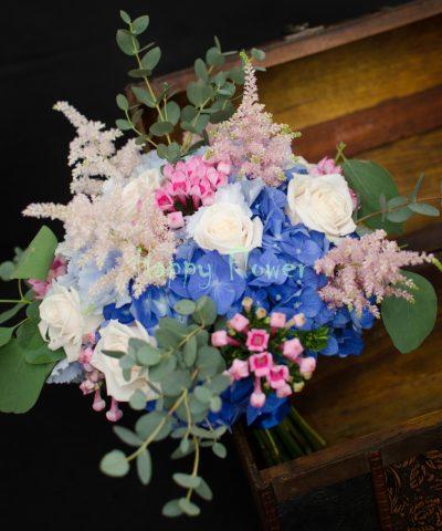 Buchet-mireasa-hortensii-albastre-trandafiri-crem-bouvardia-roz-astilbe-eucalipt