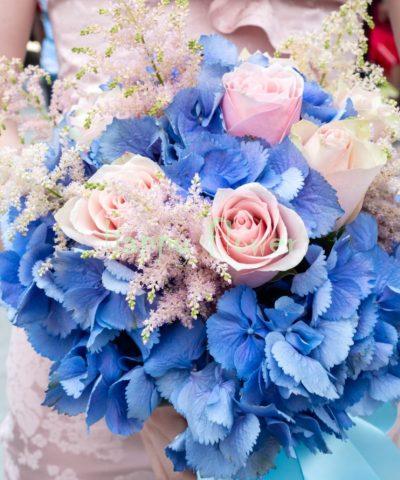 BUchet-cununie-hortensii-albastre-trandafiri-roz-astilbe-roz