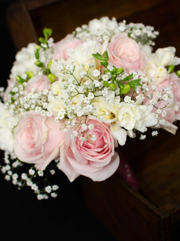 Buchet-cununie-trandafiri-roz-pal-frezii-albe-floarea-miresei