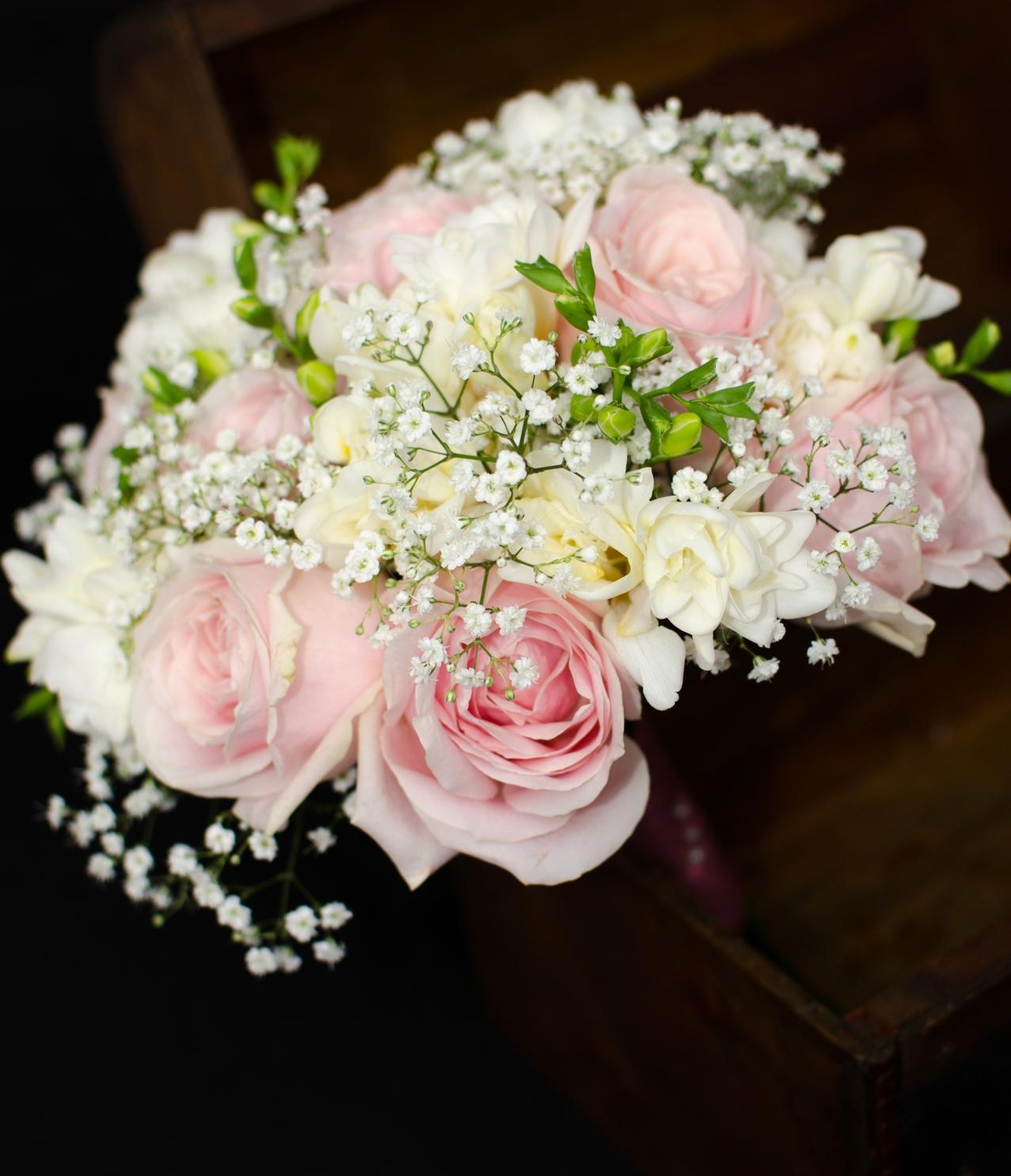 Buchet Cununie Trandafiri Roz Pal Frezii Albe Floarea Miresei