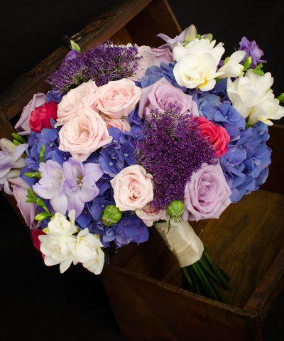 Buchet-mireasa-hortensii-mov-trandafiri-mov-frezii-albe-trachelium-mov