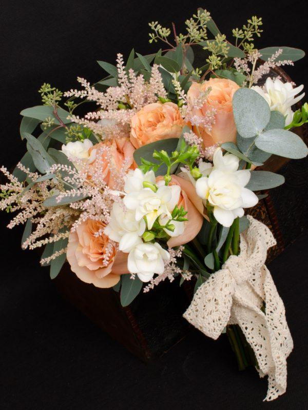 Buchet-mireasa-trandafiri-piersica-frezii-albe-eucalipt-astilbe-roz