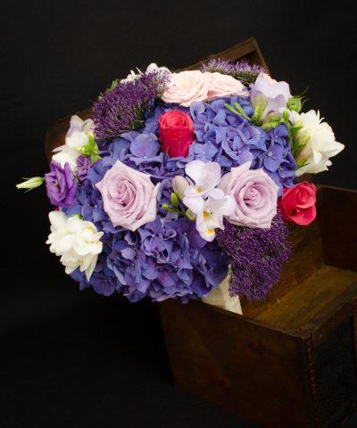 Buchet-nasa-trandafiri-mov-hortensii