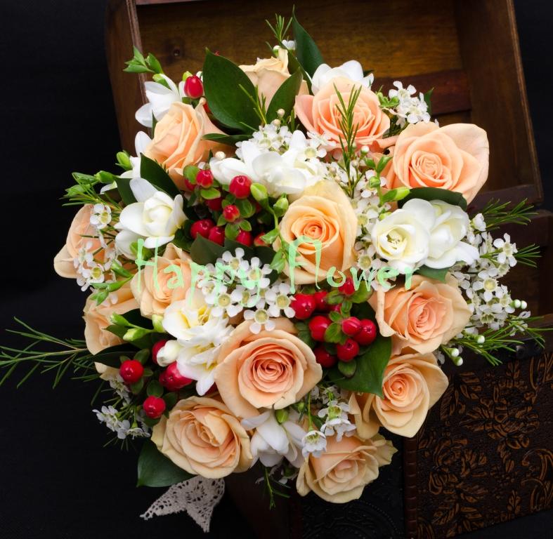 Buchet-mireasa-coral-trandafiri-piersica-frezii-albe-waxflower-hypericum