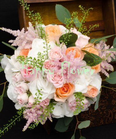Buchet-mireasa-hortensii-albe-trandafiri-eucalipt-astilbe