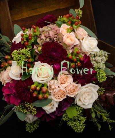 Buchet-mireasa-toamna-trandafiri-hortensii-dalii-hypericum-skimmia-eucalipt-miniroze-hupericum