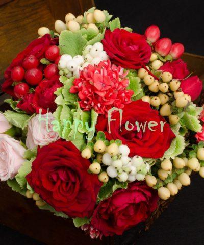 Buchet-mireasa-nasa-trandafiri-rosii-hortenbsii-verzi-hypericum-bouvardia