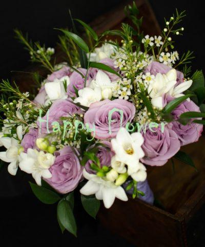 Buchet-mireasa-trandafiri-mov-frezii-albe-waxflower