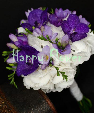 Buchet-mireasa-orhidee-vanda-mov-hortensii-albe-frezii-mov