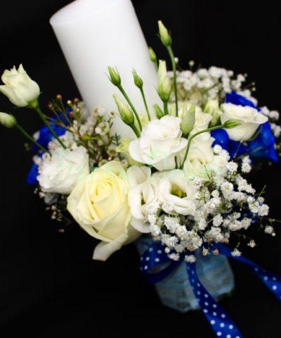 Lumanare-botez-30cm-trandafiri-albi-lisianthus-miniroze-albastre-floarea-miresei
