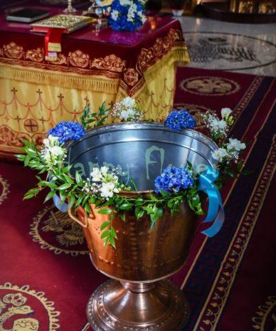 Aranjament-cristelnita-botez-hortensii-albastre-frezii-albe
