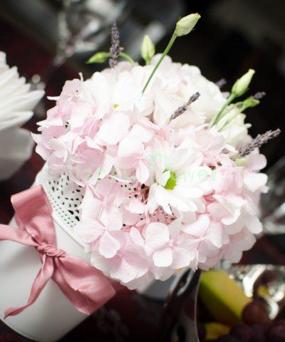 Aranjament-nunta-hortensii-roz-lisianthus-alb-crizanteme-levantica