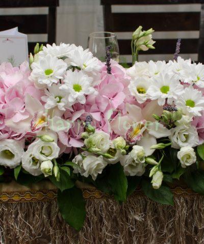 Aranjament-masa-miri-hortensii-roz-orhidee-lisianthus-crizanteme-albe