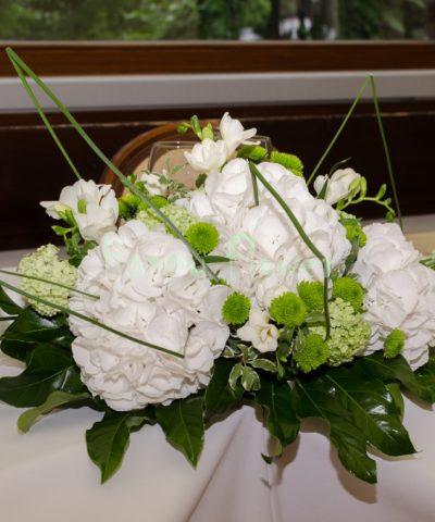 Aranjament-prezidiu-hortensii-albe-frezii-santini-viburnum