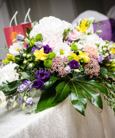 Aranjament-floral-masa-mirilor-hortensii-albe-lisianthus-mov-frezii-galbene